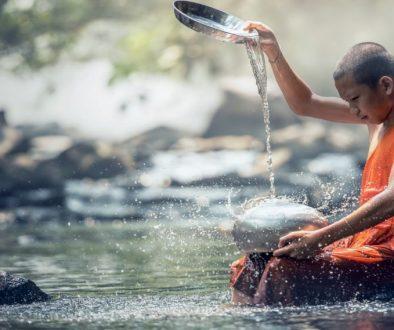 mężczyzna lejący czystą wodę